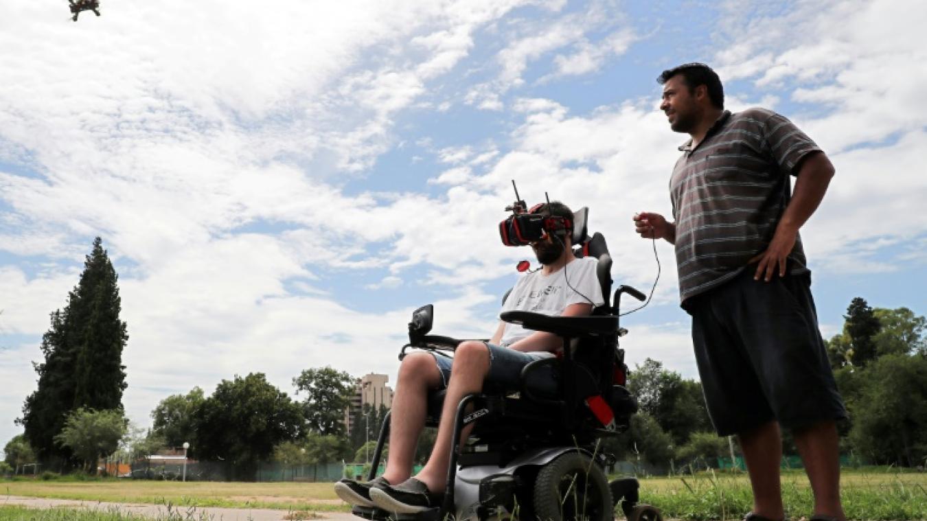 Agustin Zanoli, tétraplégique, pilote un drone spécialement conçu pour lui,  qu il dirige d un mouvement de tête, en accélérant avec la bouche, le 25  février ... de99a842ba67