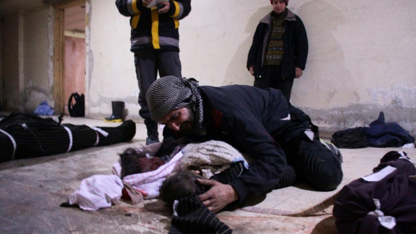 Un homme pleure son enfant dans une morgue de fortune de la ville de Douma le 19 février 2018 après des bombardements aériens meurtriers du régime syrien sur la région rebelle de la Ghouta orientale