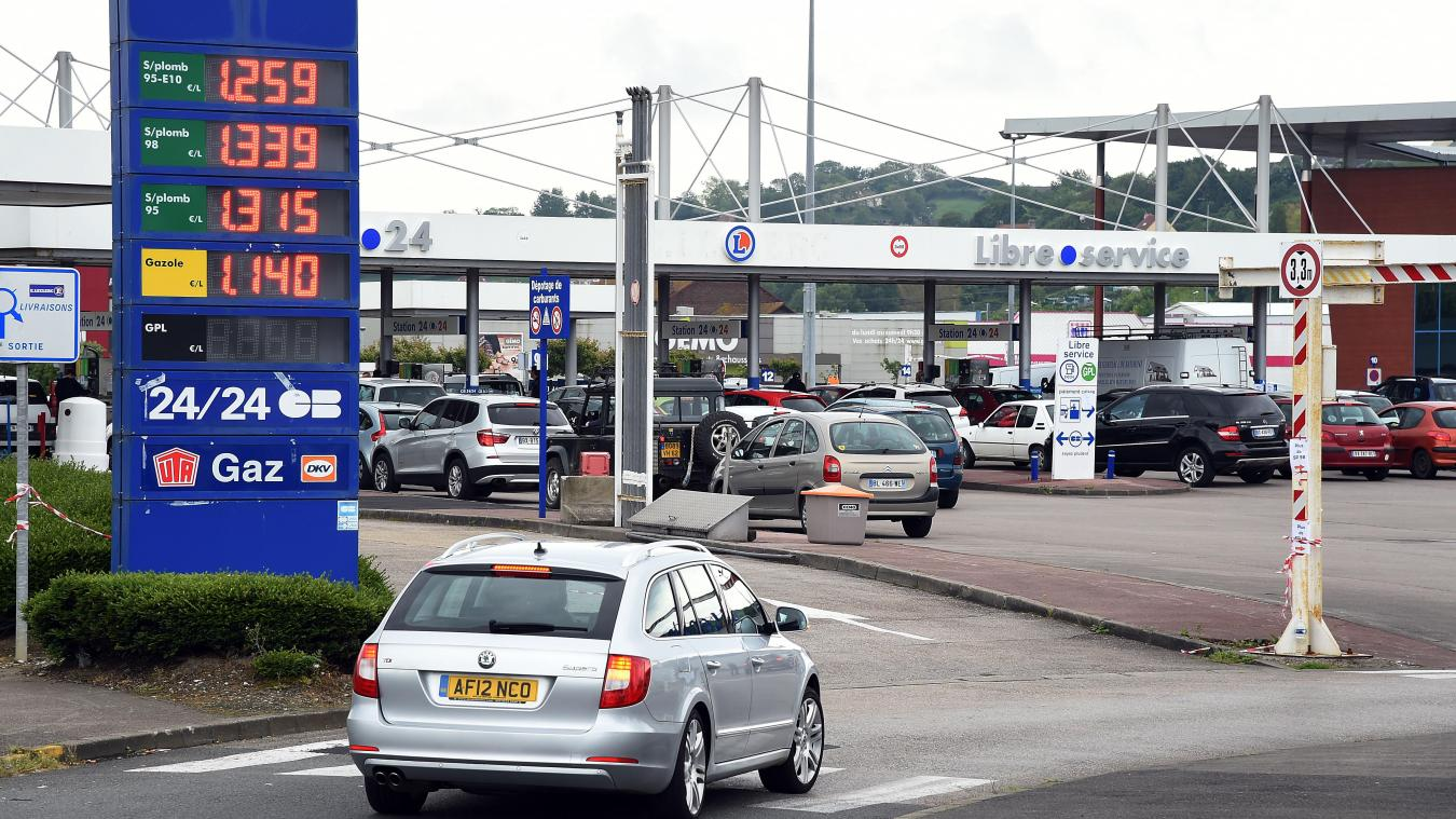 Crise De Lessence énormes Embouteillages Près Du Leclerc