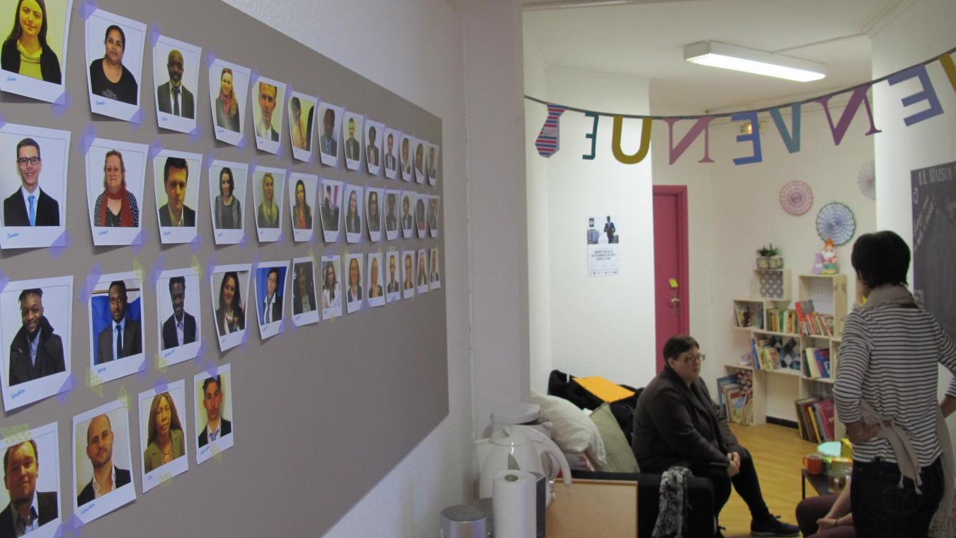 Dans une salle d accueil chaleureuse, les photos d anciens candidats à  l embauche s affichent fièrement. Certains ont réussi à décrocher des CDI  rapidement. e02961cf343