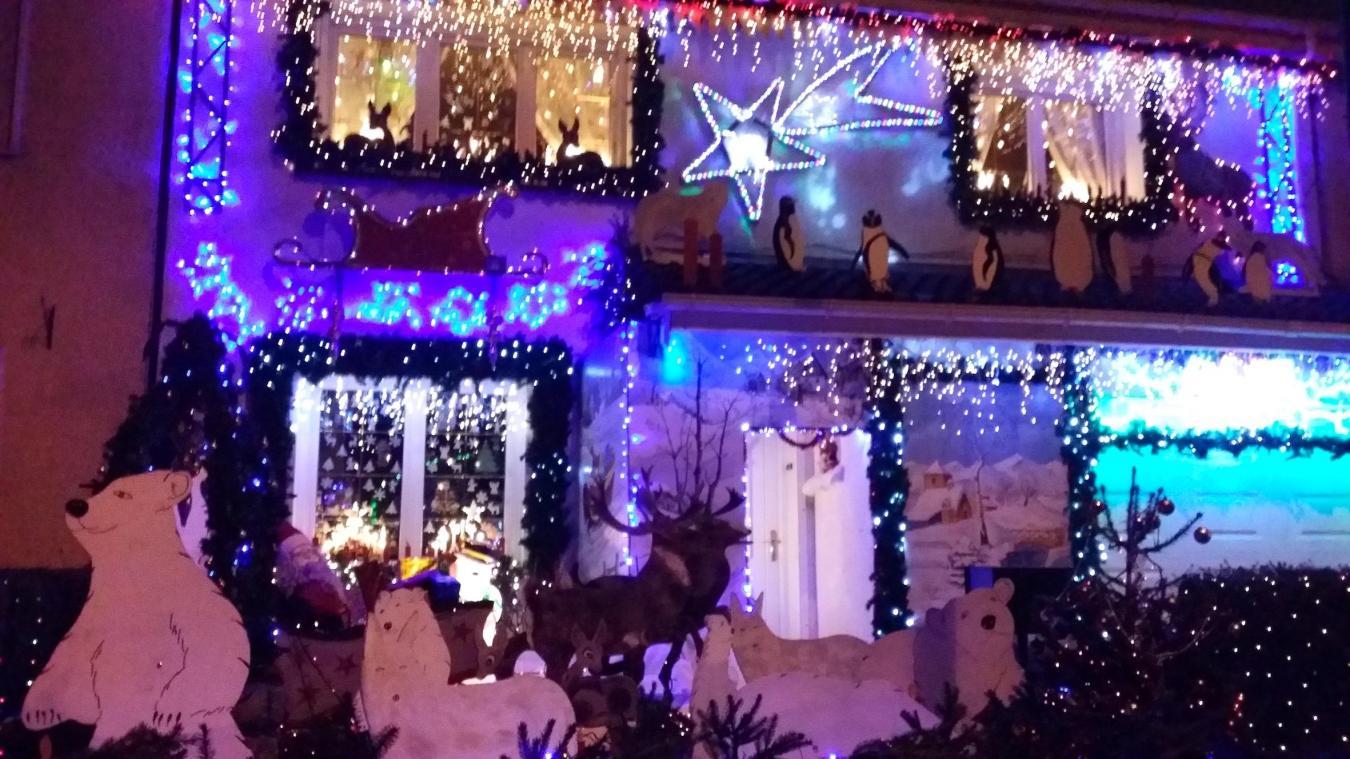 49ac972ce518d4 À l approche de Noël, les familles s arrêtent avec plaisir dans cette
