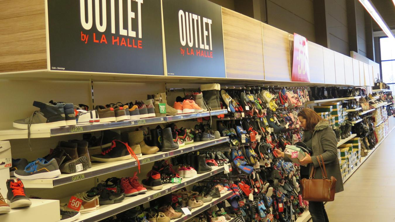 a6cbe232cb7d23 Le magasin La Halle aux chaussures est situé sur la zone Auchan à côté de la