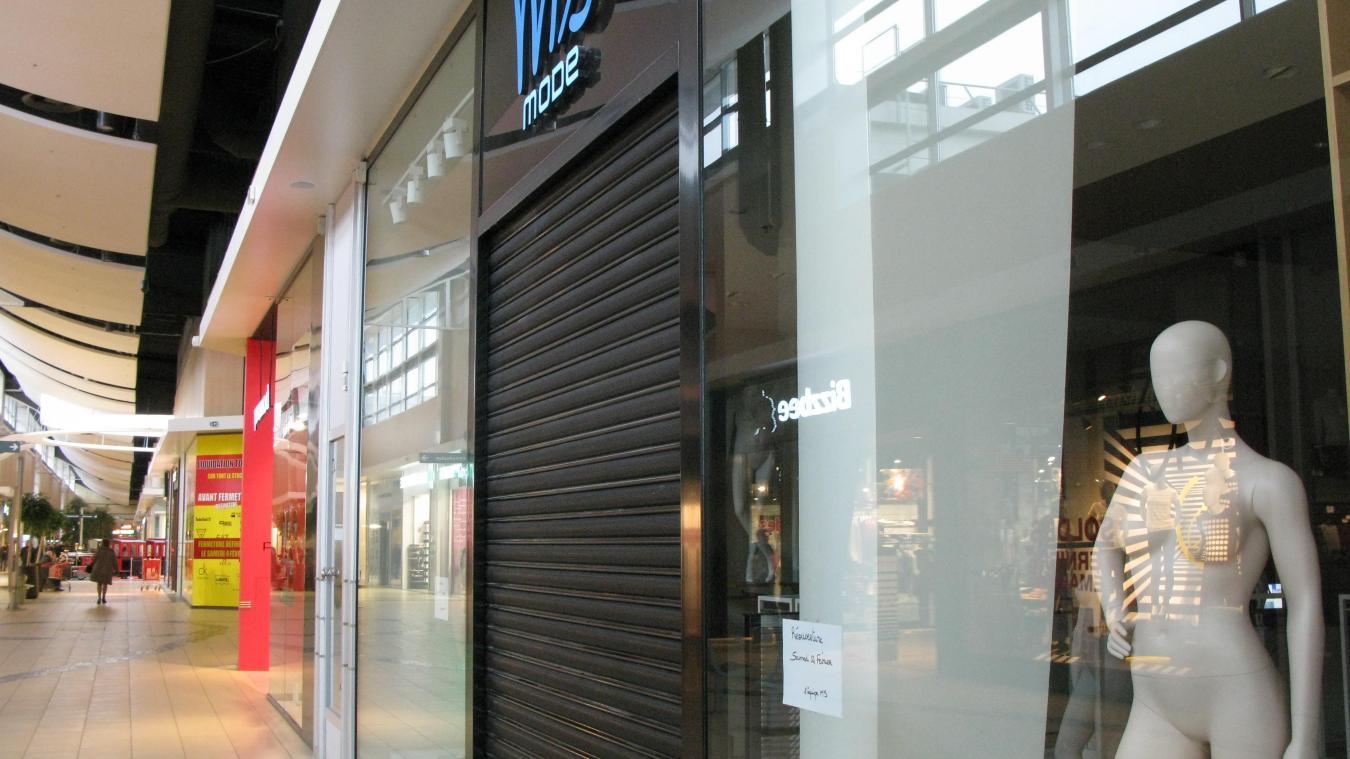 Une affichette sur la façade de la boutique de Longuenesse annonce la  réouverture 1965c7c84f2