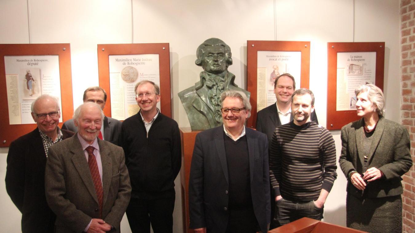 Le comité scientique que dirigera Gérard Barbier (devant le buste de  Robespierre). Le