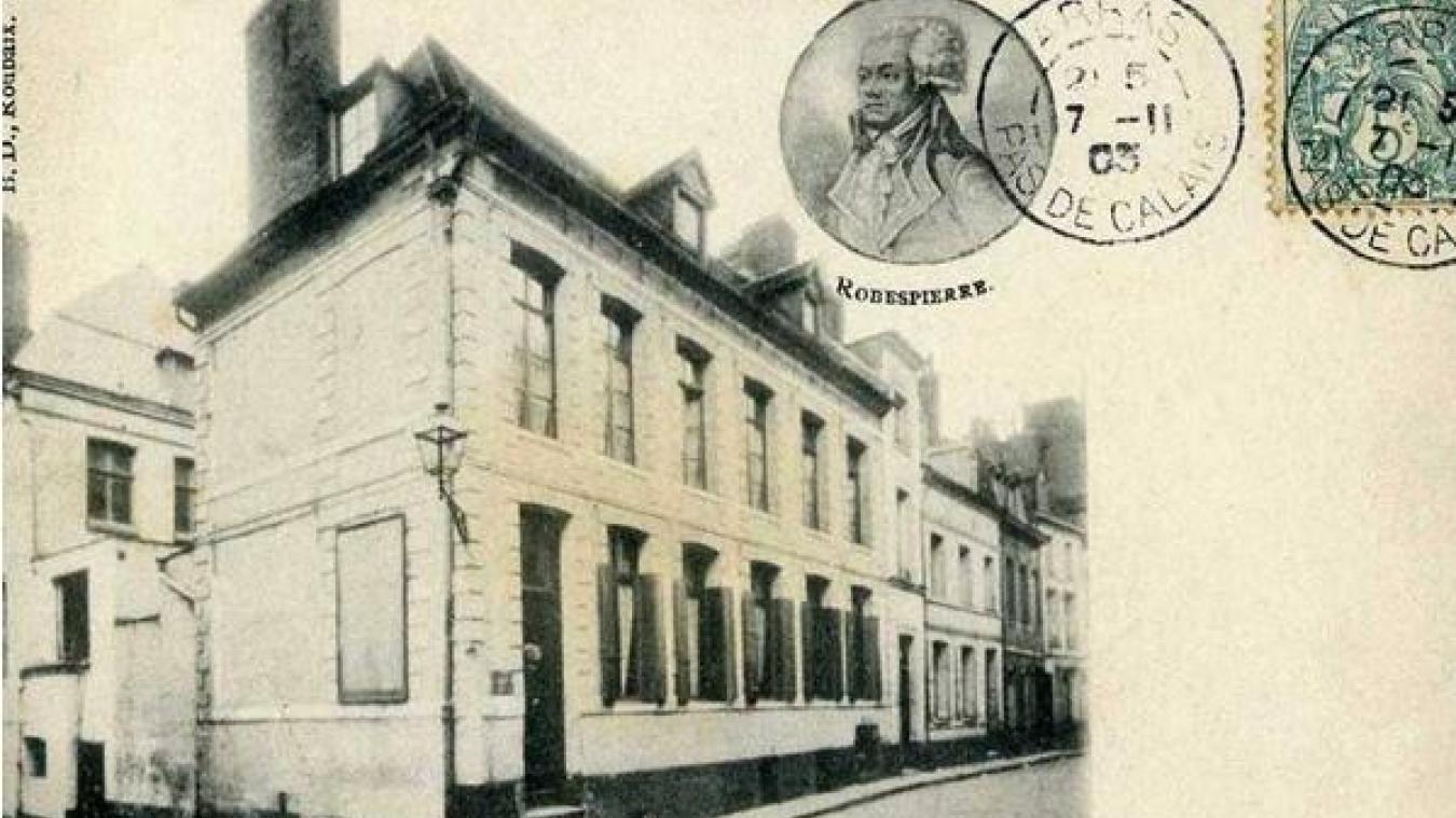 Elle est un peu cachée, dans l\u0027étroite rue Maximilien,de,Robespierre  (forcément), juste en face du magasin de déguisements Au bal masqué.