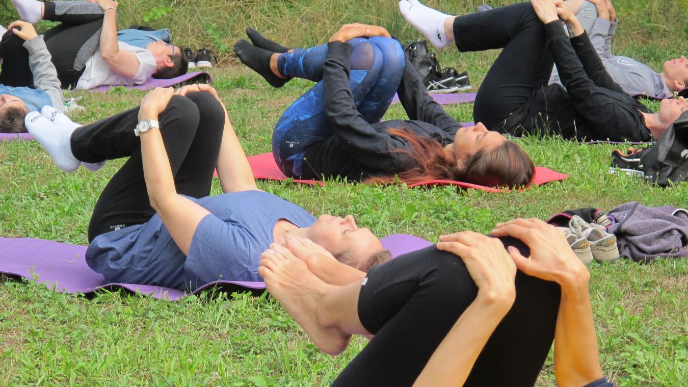 LENS  Carton plein pour la première séance de yoga dans le parc du ... bc95e0ff6d5