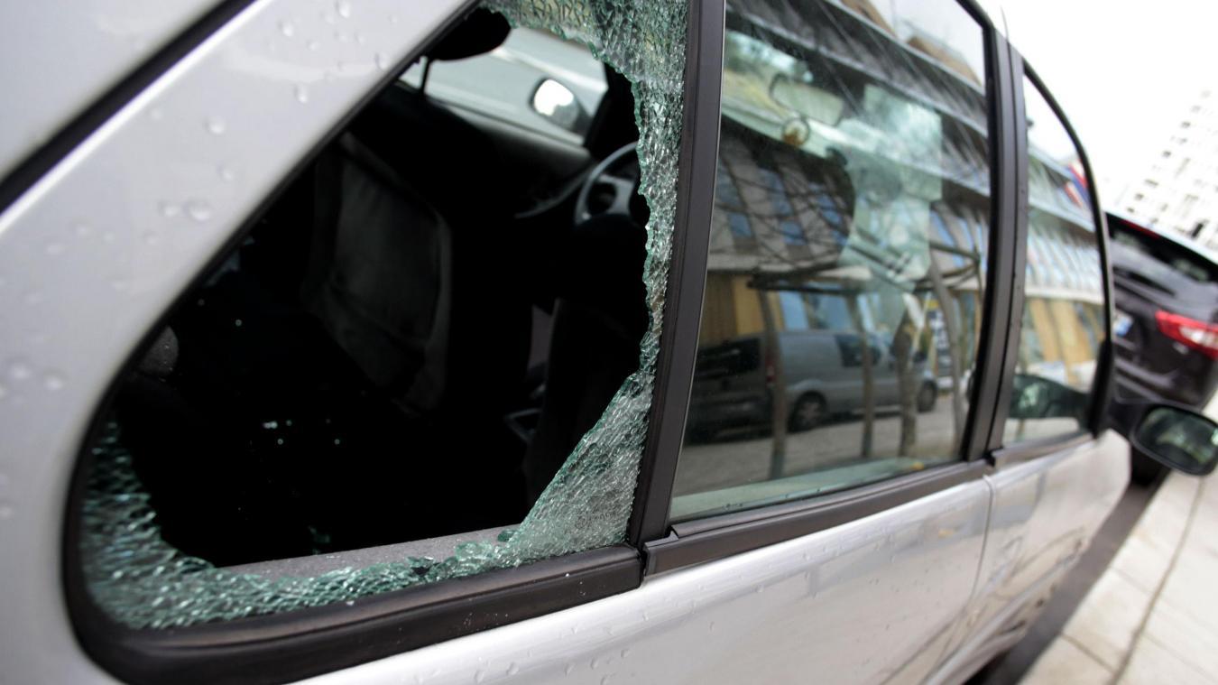 e83eda3df1d4 Le mode opératoire était toujours le même. Après avoir brisé une vitre, le  voleur s emparait des objets présents dans le véhicule. - VDNPQR