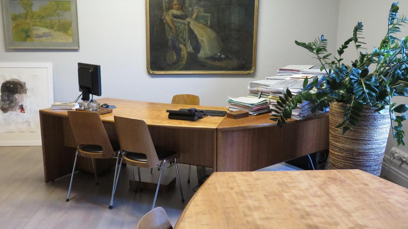 Loos fillette alanguie et plumier séculaire dans le bureau danne