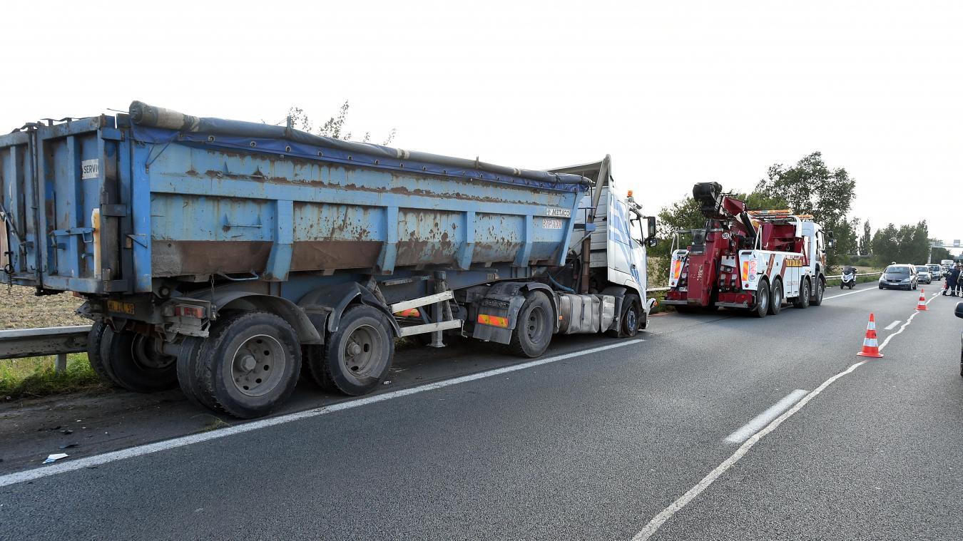 349673a1b8a76 La Chapelle-d'Armentières Le camion accidenté de l'A25 était ...