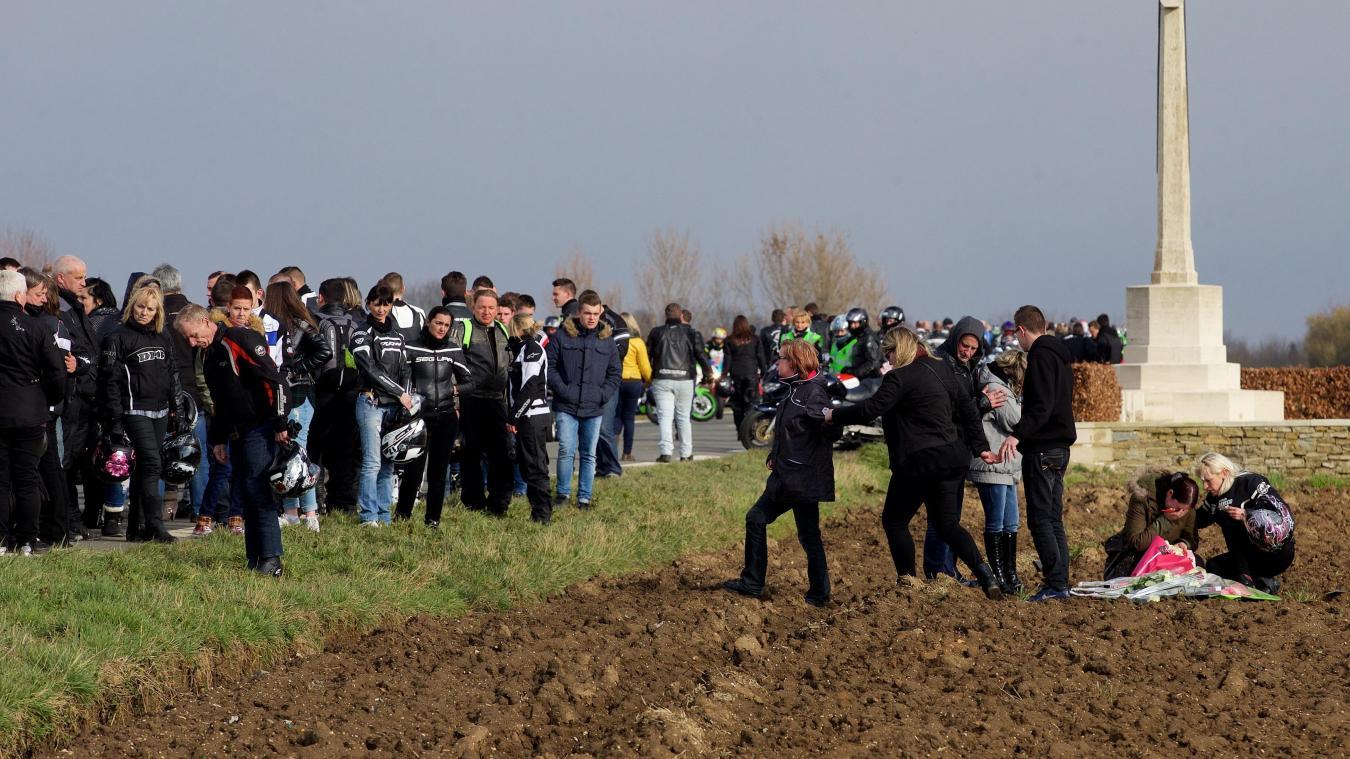 Plusieurs centaines de motards s'étaient réunis sur les lieux de l'accident pour rendre hommage à Cindy.