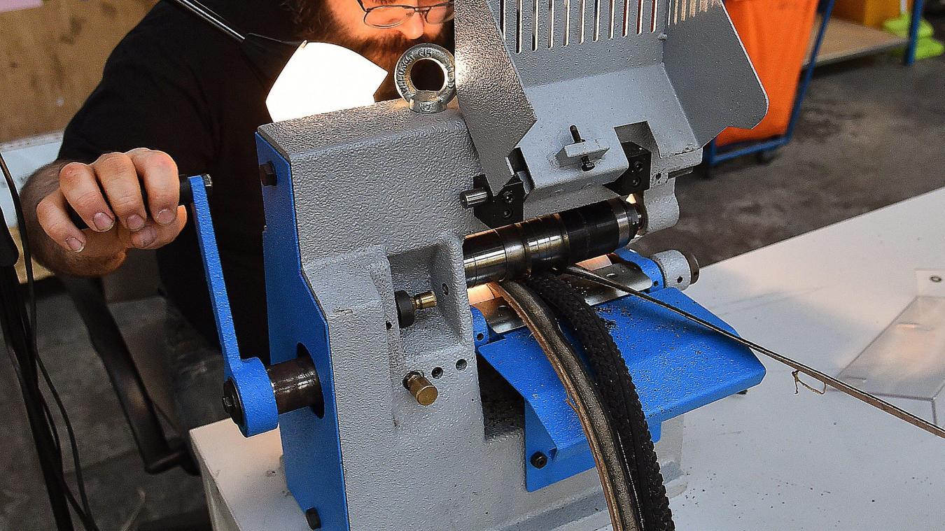 7d3c8c963952 Christophe réalise les ceintures dans les ateliers d AlterEos. PHOTO  FRANCOIS FLOURENS - PHOTOPQR VOIX DU NORD MAXPPP