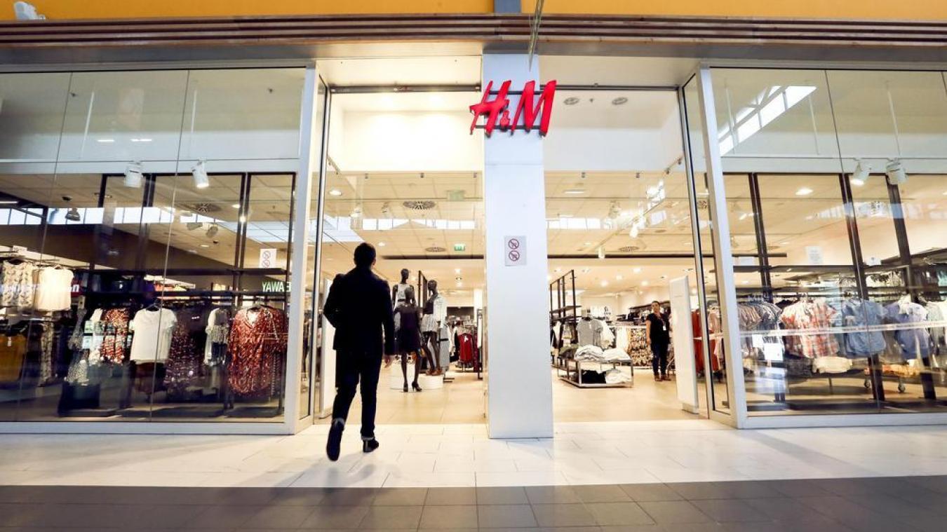 H&M a ouvert ses portes la toute première fois à Stockholm en Suède en 1947. Au fil des années, elle évolue et instaure son premier magasin en France le 25 février 1998. Son fondateur Erling Persson souhaite vendre de la mode féminine et de qualité à des prix imbattables.