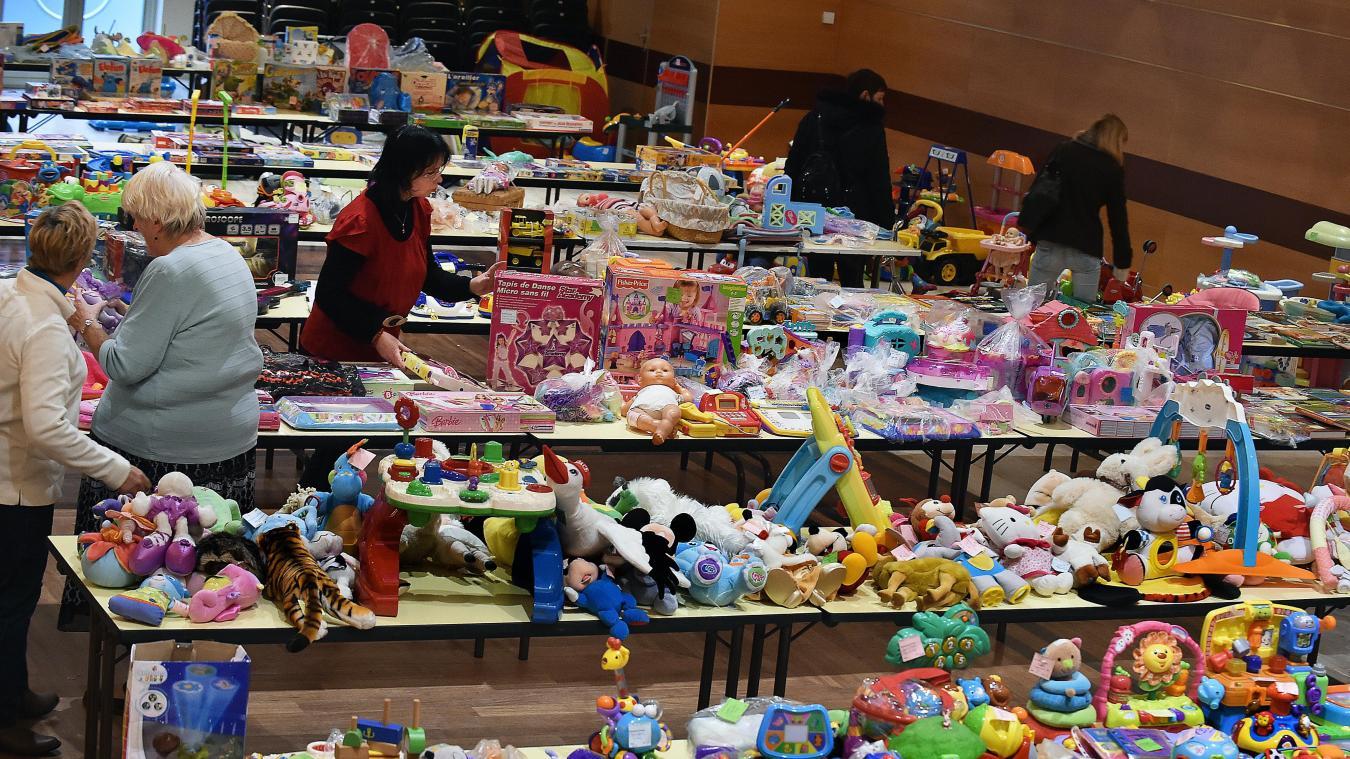 Les bourses aux jouets d occasion deviennent une tradition quelques  semaines avant Noël. Photo 3862abb1cc69