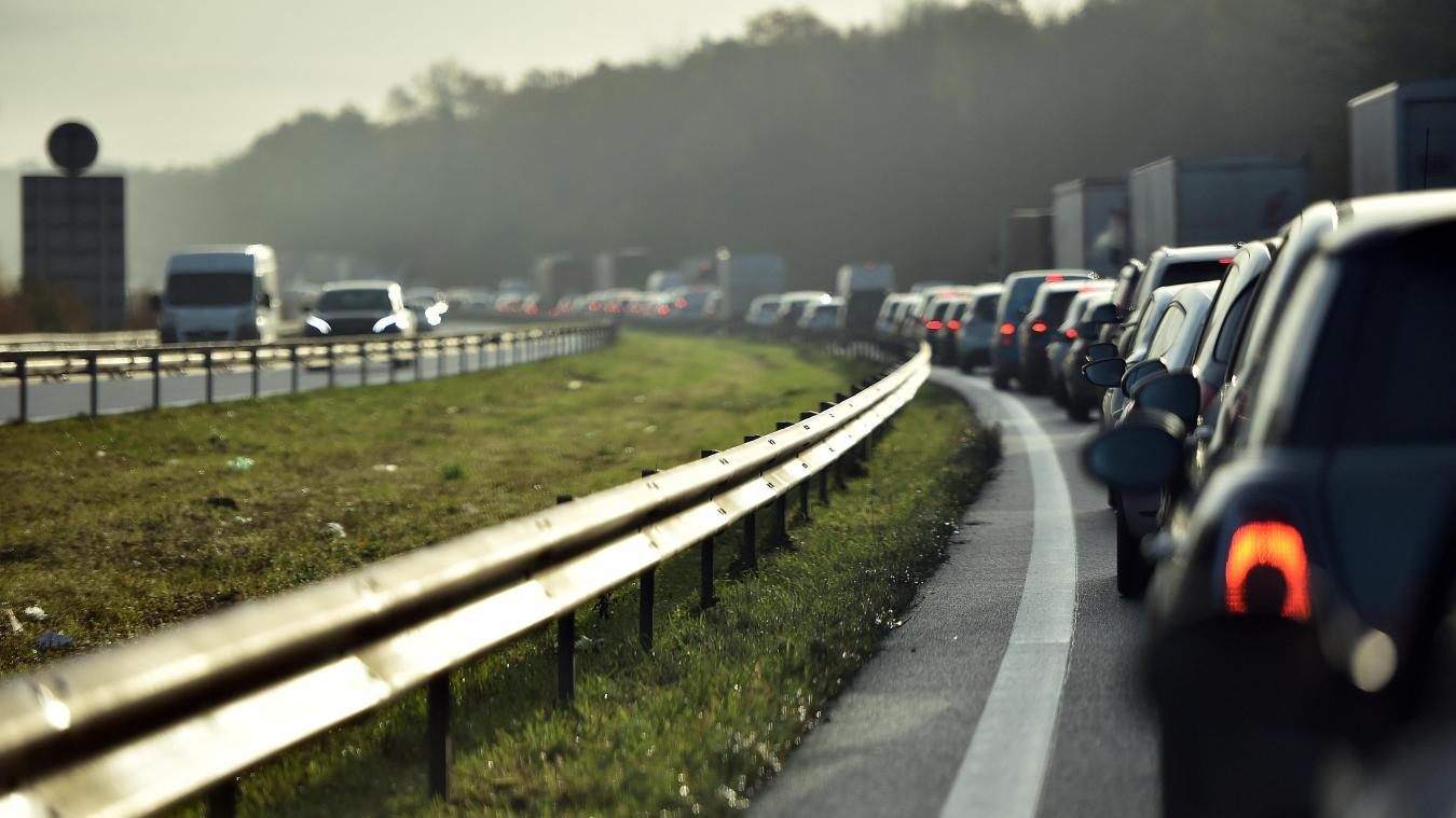Même lorsqu'il y a des bouchons, il est interdit de rouler sur la bande d'arrêt d'urgence ! PHOTO PIERRE ROUANET