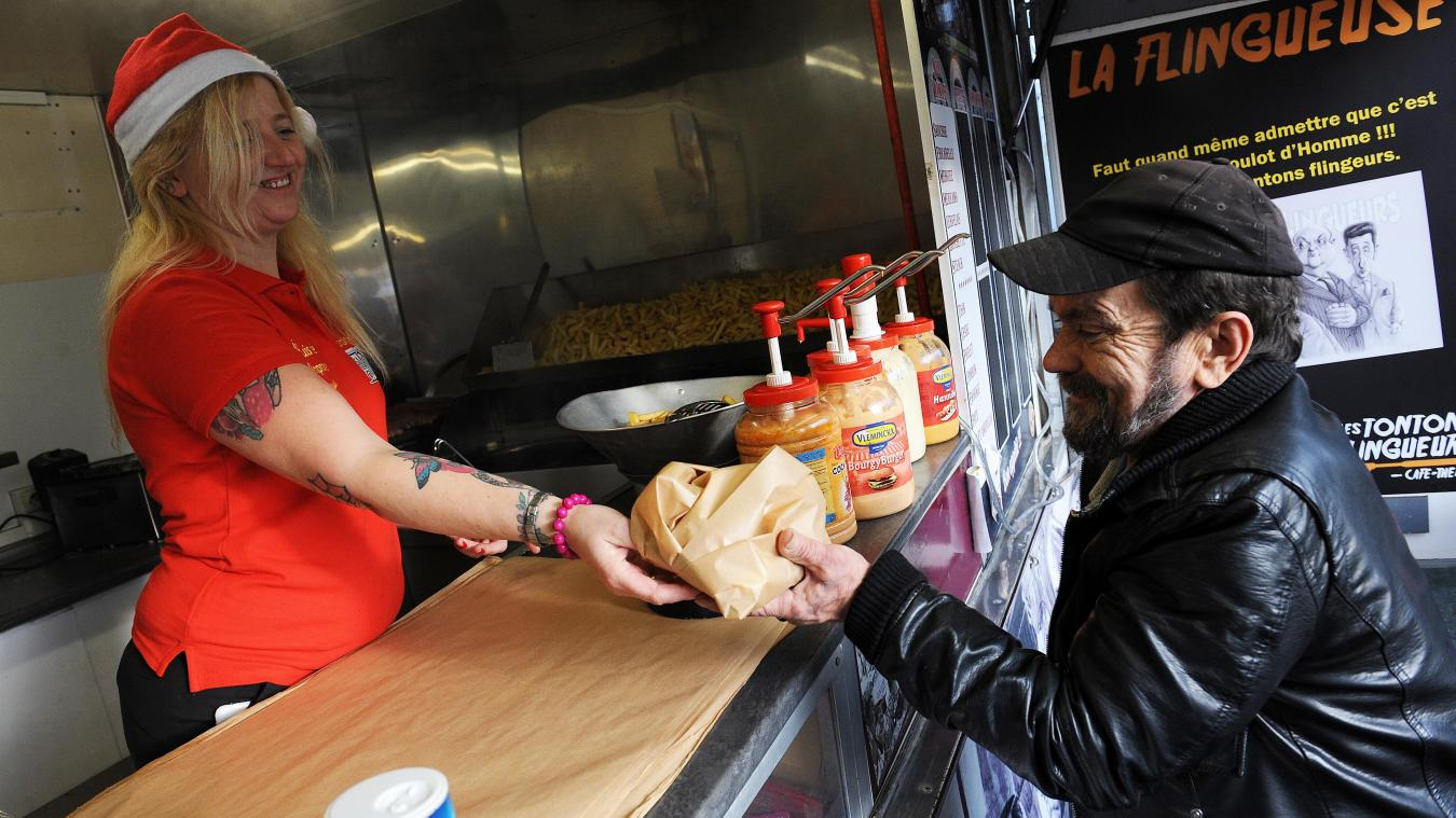 Mélanie offre depuis quatre ans la frite de Noël aux SDF lillois. Photo archives