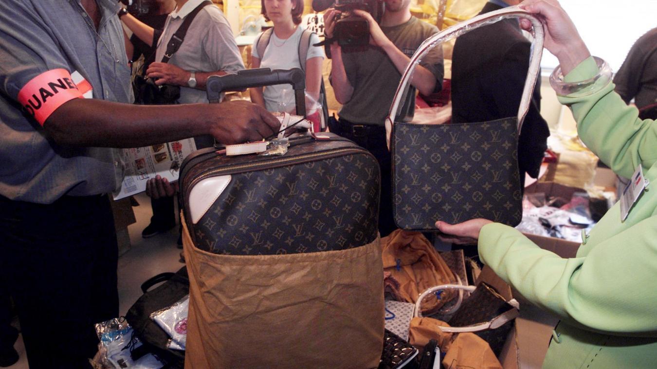 Quarante sacs de ce type, contrefaçons de produits Louis Vuitton, ont été  saisis jeudi 008de6a6e93