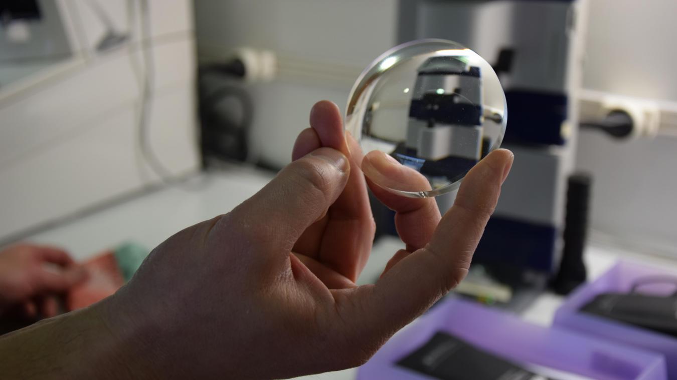 Les verres arrivent sous cette forme aux opticiens, qui doivent ensuite  régler le centre optique fa638e516ce0