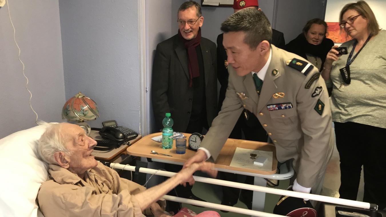 Jeudi dernier, Victor Desmet était félicité par un lieutenant représentant la Légion étrangère.