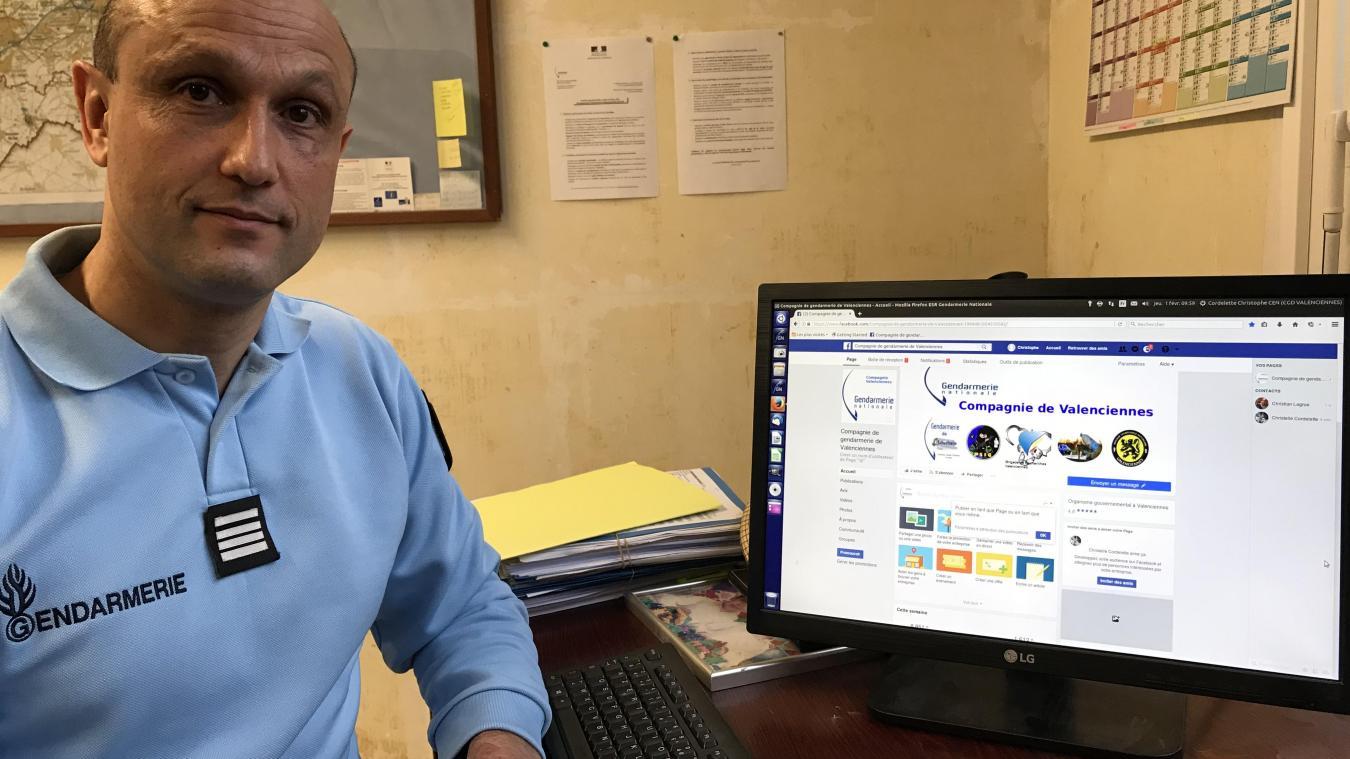 Le commandant Cordelette gère la page Facebook de la compagnie de gendarmerie de Valenciennes avec le capitaine Wylleman.