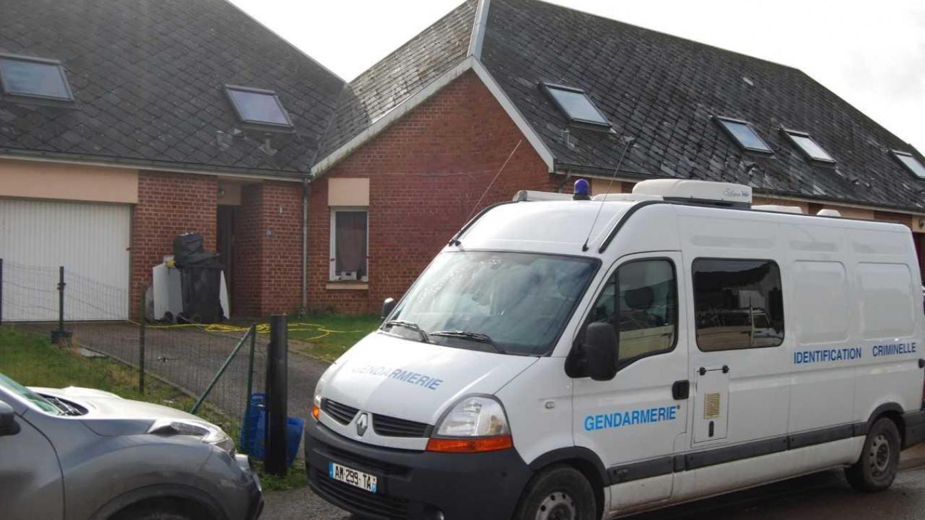 Les gendarmes de l'identification criminelle sont sur place rue des Orchidées à Nœux-les-Auxi