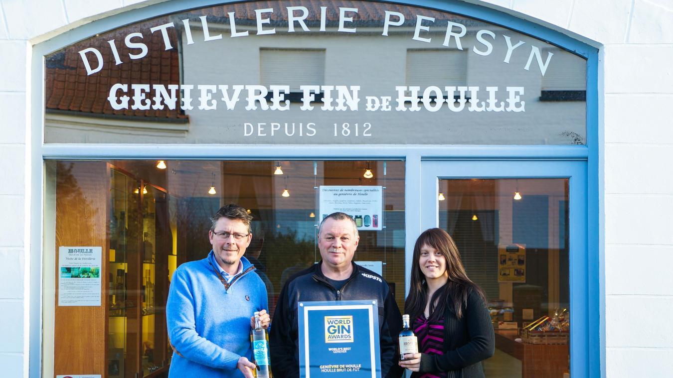 L'équipe de la distillerie de Houlle brandit fièrement son titre de meilleur genièvre du monde. PHOTO PHILIPPE HUDELLE (CLP)