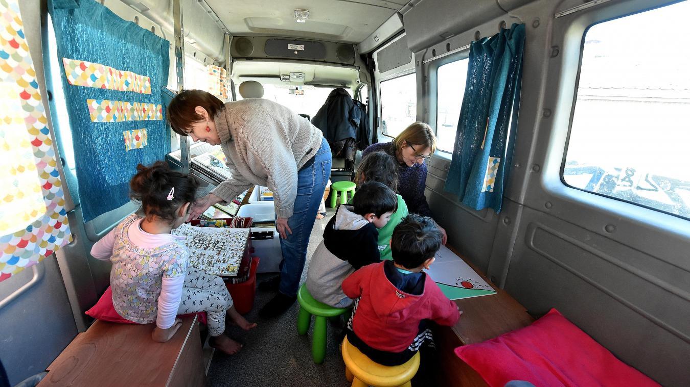 Dans l'étroite « bibliothèque du voyage », qui accueillait jeudi la classe, Claire Chenu et Laura Montaigne reçoivent cinq enfants du bidonville des Pyramides, pour la dernière fois. PHOTO PIERRE LE MASSON