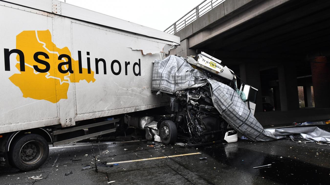 Spectaculaire accident entre deux camions sur l'A1 dans le sens Lille-Paris PHOTO PHILIPPE PAUCHET LA VOIX DU NORD