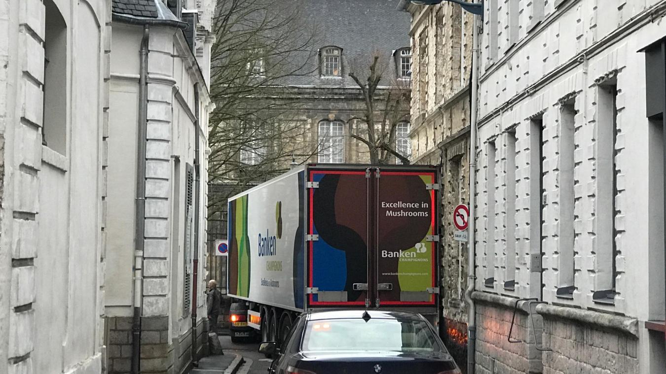 El camión está atascado en la calle Ernest-Delannoy.