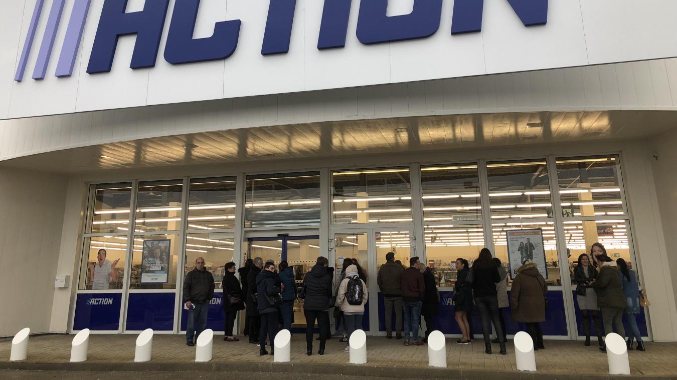 les premiers clients à l'assaut du nouveau magasin action - la voix