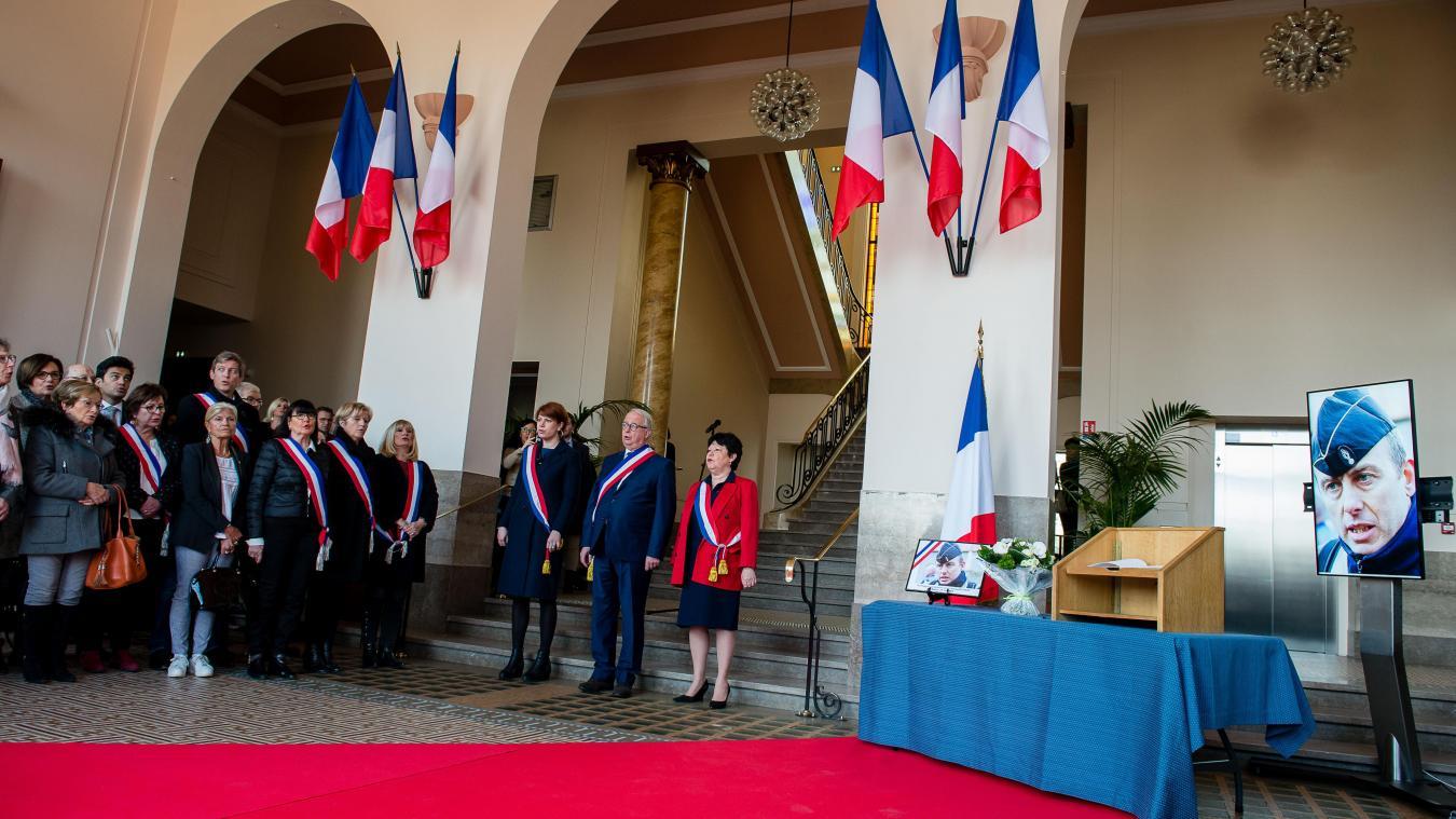 Dans le hall d'honneur de la mairie de Marcq-en-Barœul, élus, habitants et forces de l'ordre rendent hommage à Arnaud Beltrame. Photo PASCAL BONNIERE