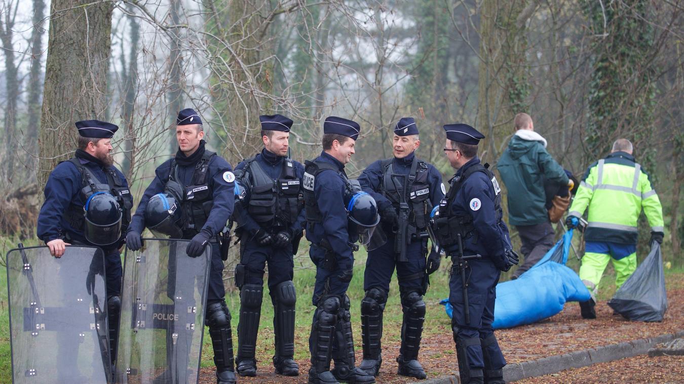Les forces de l'ordre interdisent l'accès au bois tandis que celui-ci est nettoyé. PHOTO JOHAN BEN AZZOUZ