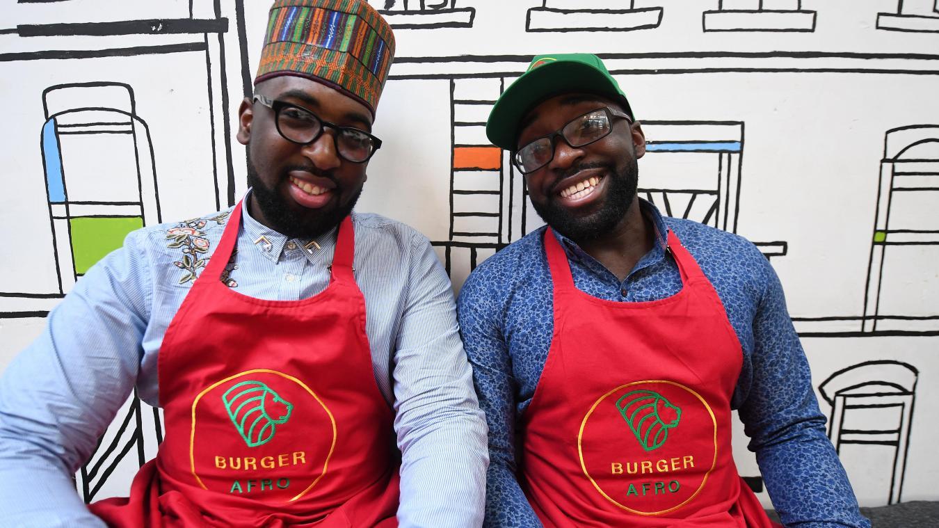 Tonton Freddy et Tonton Gaudrey, les deux Lillois à l'origine du Burger Afro, restaurant éphémère de la rue Détournée. PHOTO STEPHANE MORTAGNE