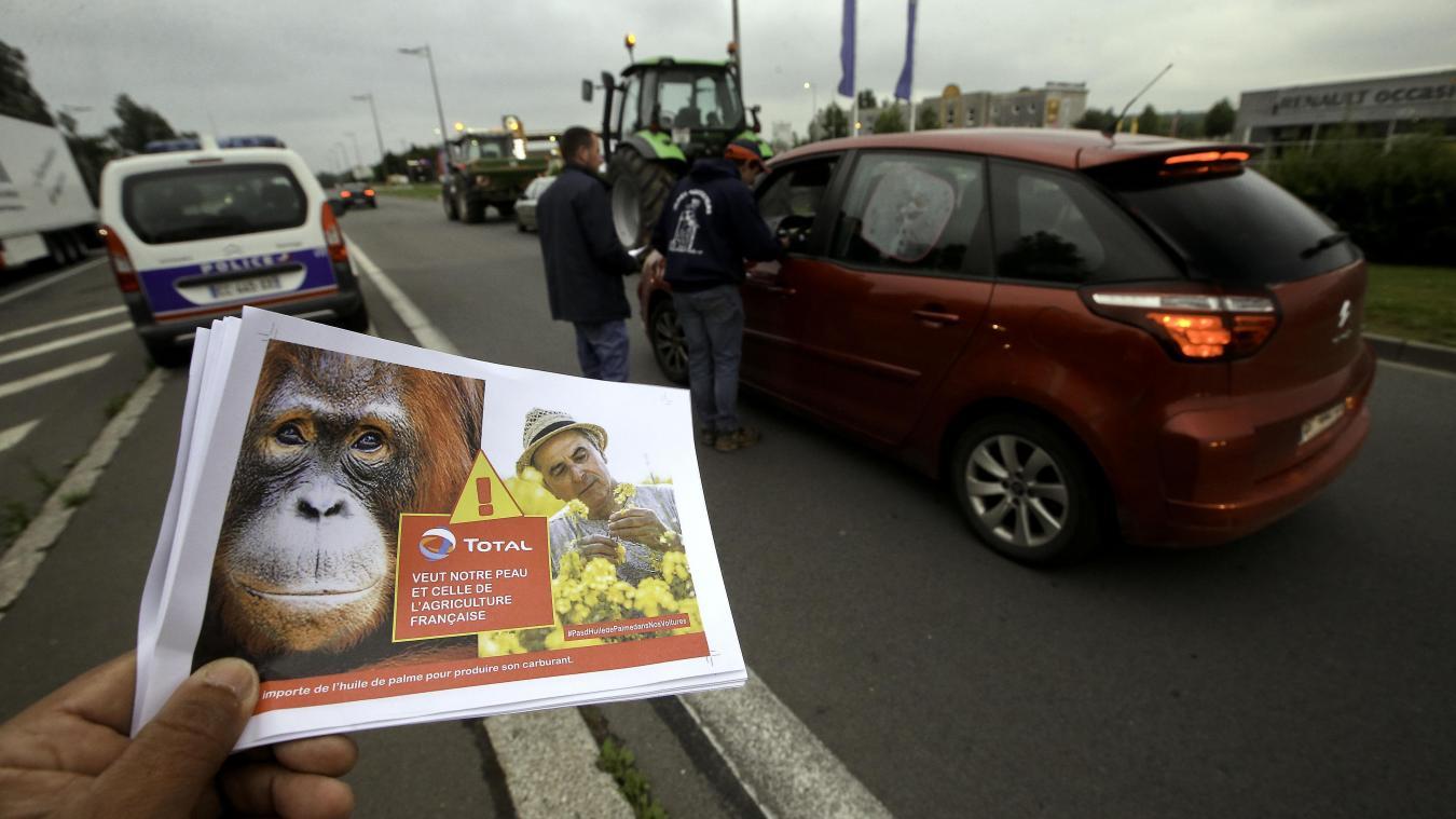 Des tracts ont été distribués à quelques mètres de la station-service Total  Access. PHOTO SAMI BELLOUMI - VDNPQR 9d2c1610aff7