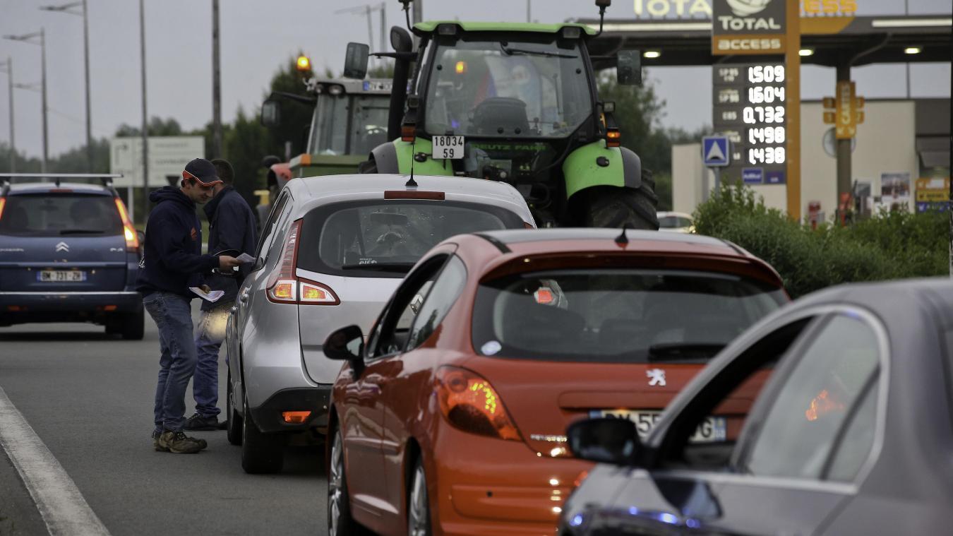 Les Jeunes Agriculteurs de Maubeuge ont ralenti temporairement la  circulation pour distribuer des tracts. - VDNPQR b5d292a5cdd1