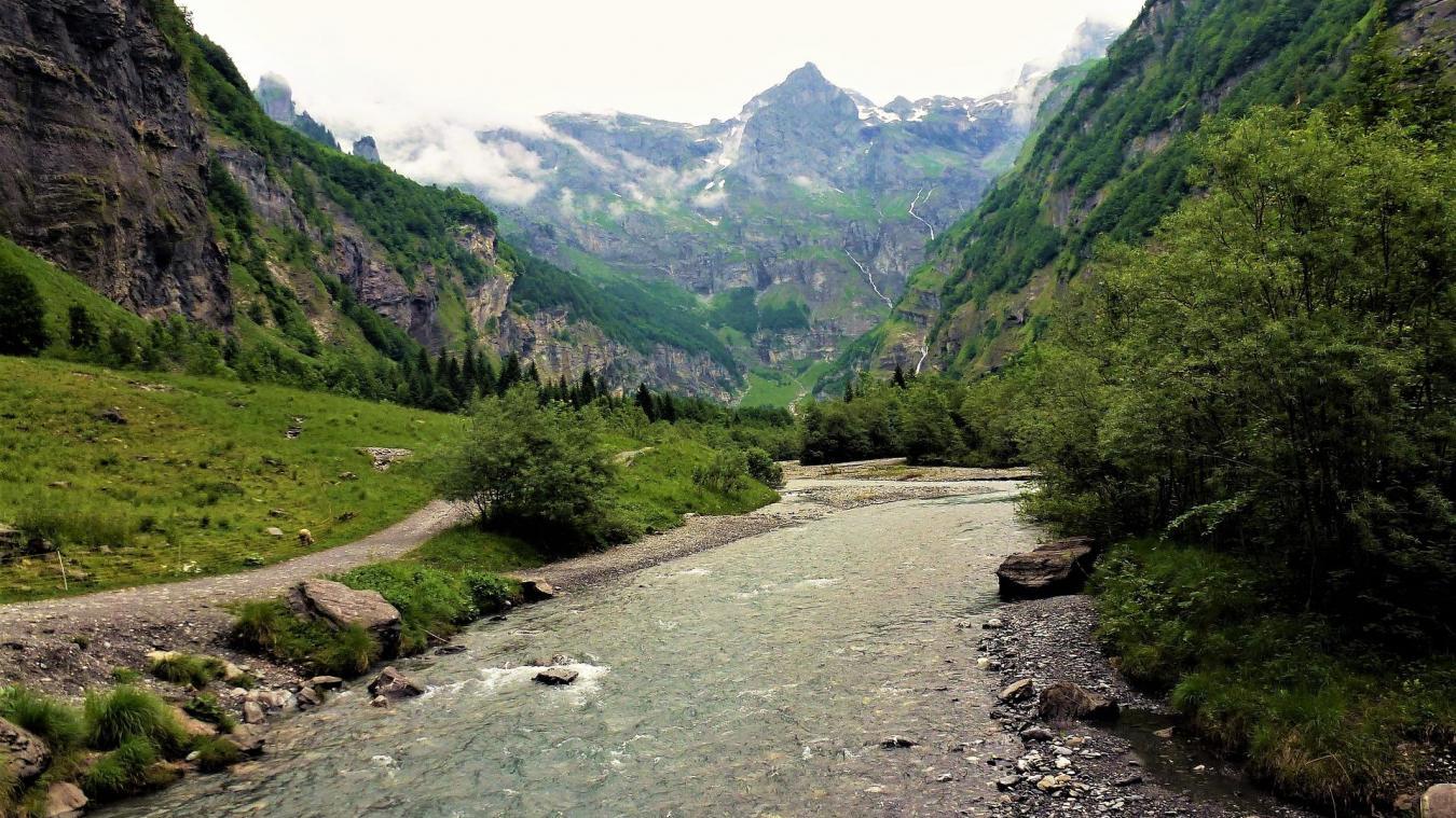 Le promeneur et la fillette seraient tombés dans un ravin de Haute-Savoie