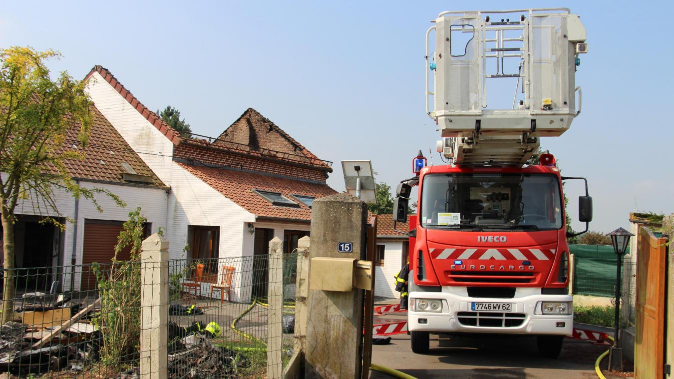 Les pompiers airois étaient toujours sur les lieux du sinistre ce mercredi,  en milieu de 96d600fc97ea