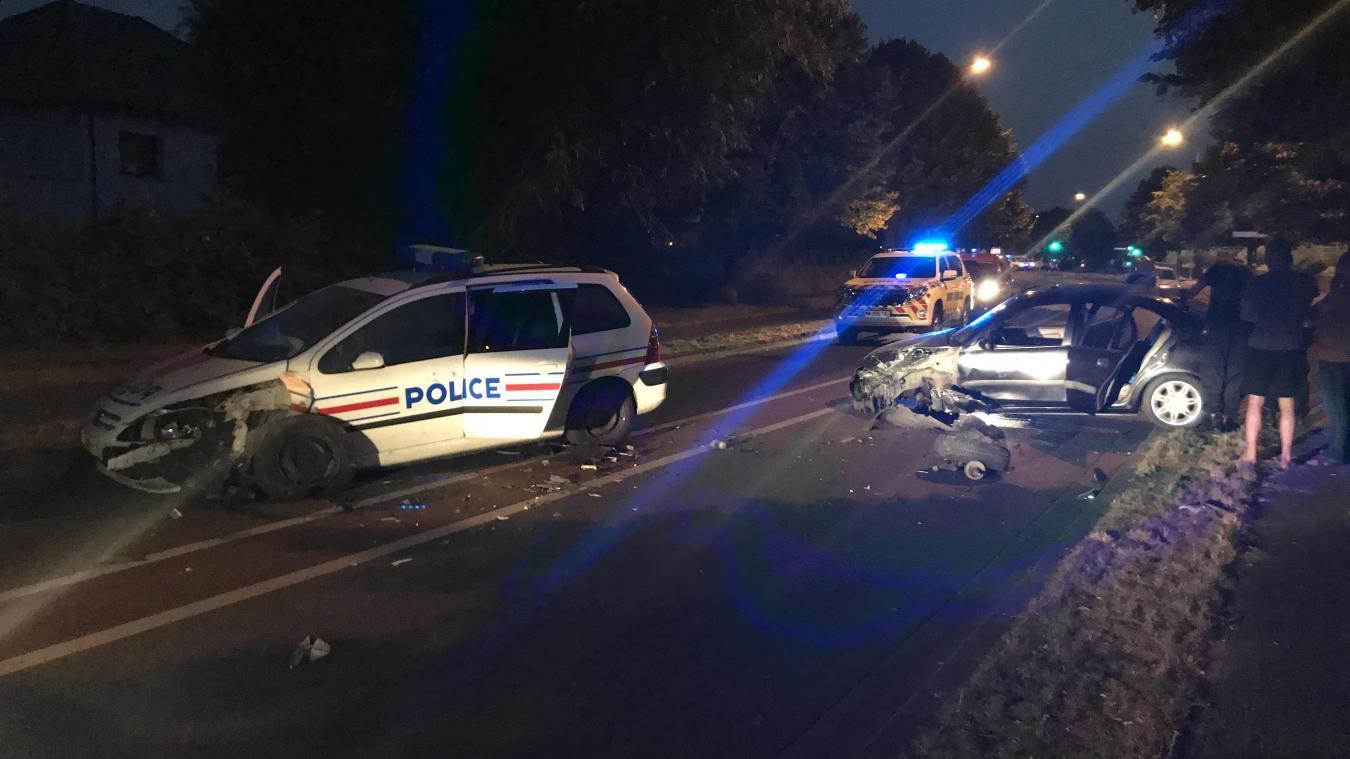 Pour une raison que l'enquête devra déterminer le véhicule Rover et la voiture de police sont entrés en collision, boulevard Mendes-France, à Wattrelos.