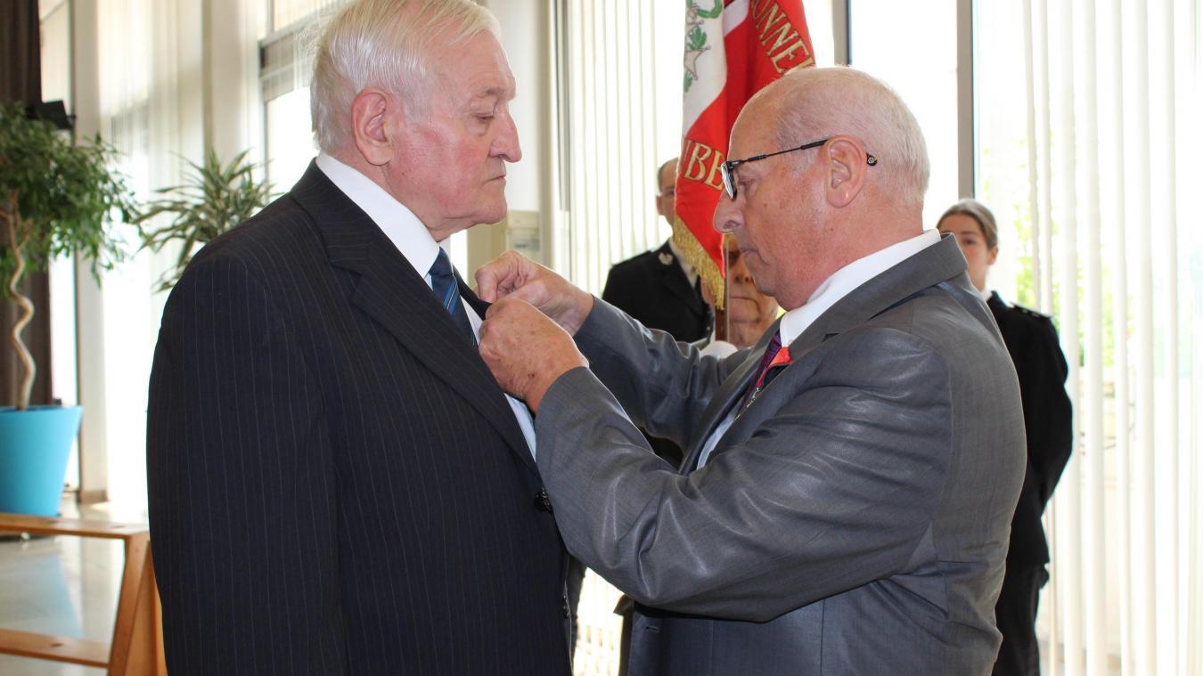 Michel Prissette remet la légion d'honneur à Claude Deresnes.