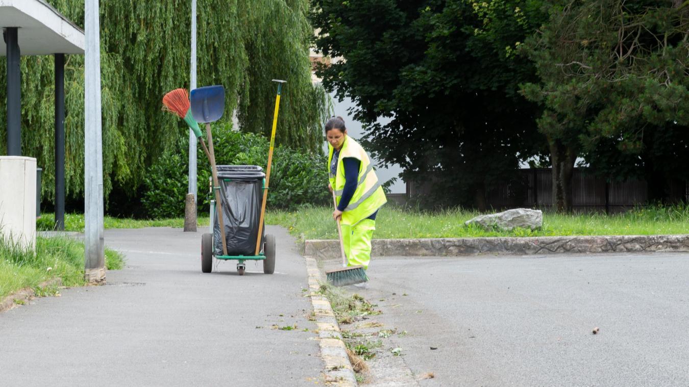Depuis février, Maria Restas est salariée de l'association APRONET qui gère le chantier d'insertion du nettoyage des voiries de Loos. Et elle donne toute satisfaction à son employeur. PHOTO DAVID BUISINE
