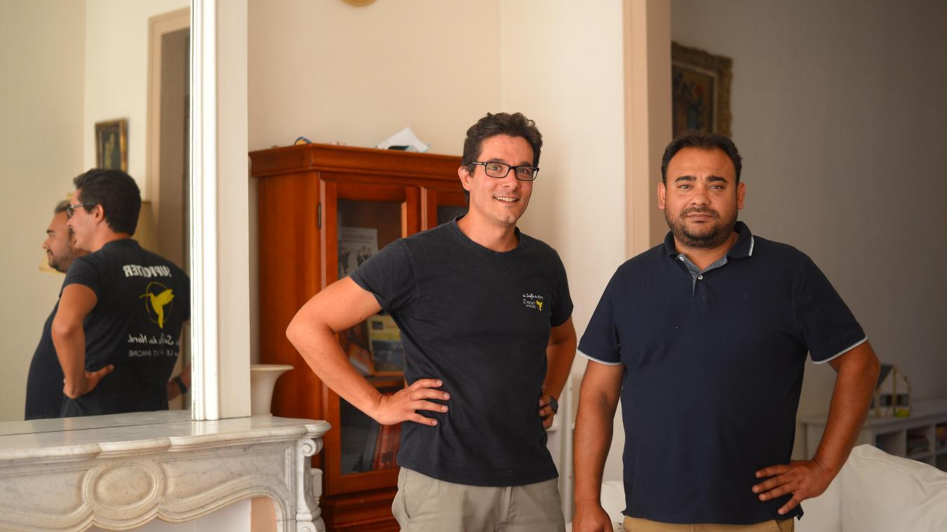 Pour aider Tony (à droite) et d'autres Roms, Christophe (à gauche) part dormir sur le canapé de son cousin, lorsque sa maison est louée. Une sorte de « sobriété heureuse » qu'il affectionne particulièrement.
