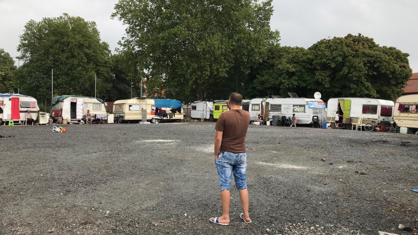 Treize familles ont trouvé refuge dans l'enceinte d'une ancienne station essence située façade de l'Esplanade.