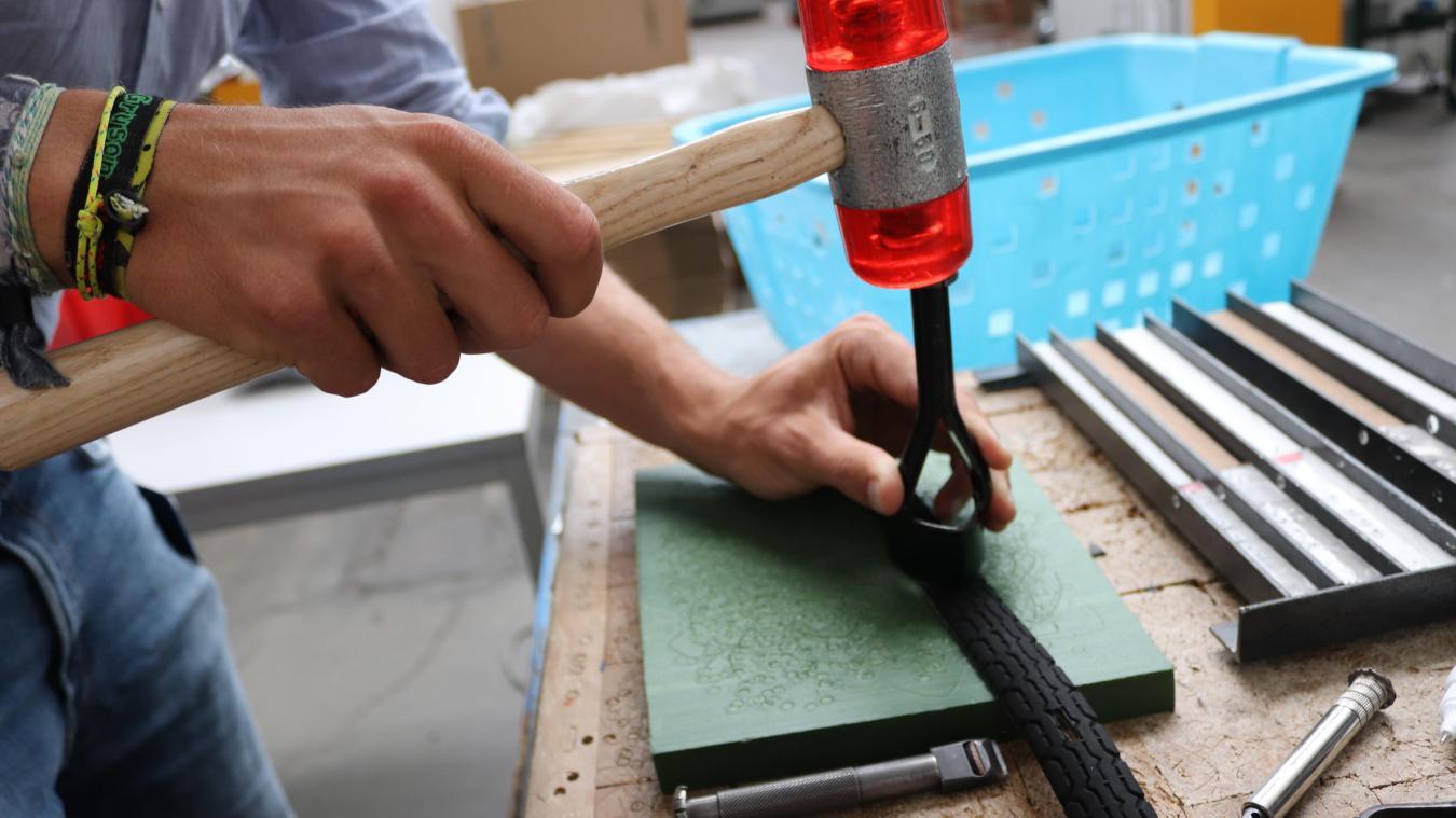 3a757dd6efbe Une fois lavé et séché, le pneu peut être découpé et poinçonné à la main