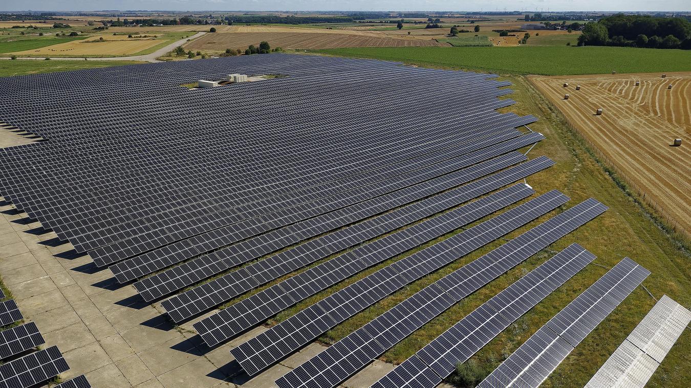 La centrale photovoltaïque de Niergnies, près de Cambrai, qui s'étend sur 14 hectares. Celle de Leforest pourrait compter 20 à 22 hectares de panneaux solaires. Photo archives Christophe Lefebvre