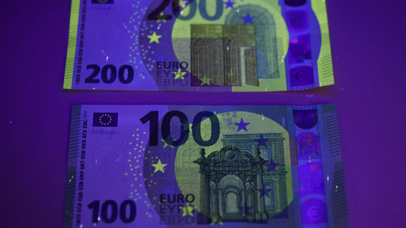 Les nouvelles versions des billets de 100 et 200 € vues sous la lampe à UV