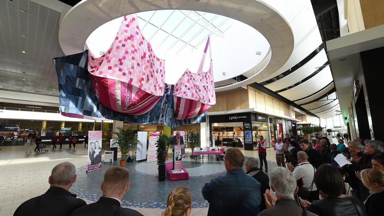 Le plus grand soutien-gorge du monde est exposé dans la galerie marchande d'Auchan pendant un mois dans le cadre d'Octobre rose. Photo Marc Demeure