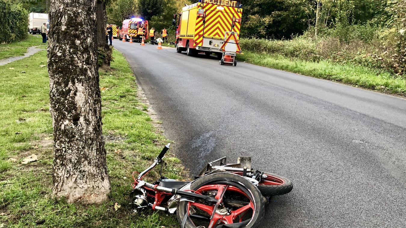 Le pilote du cyclo a chuté violemment, et son deux-roues a été projeté à une soixantaine de mètres en arrière.
