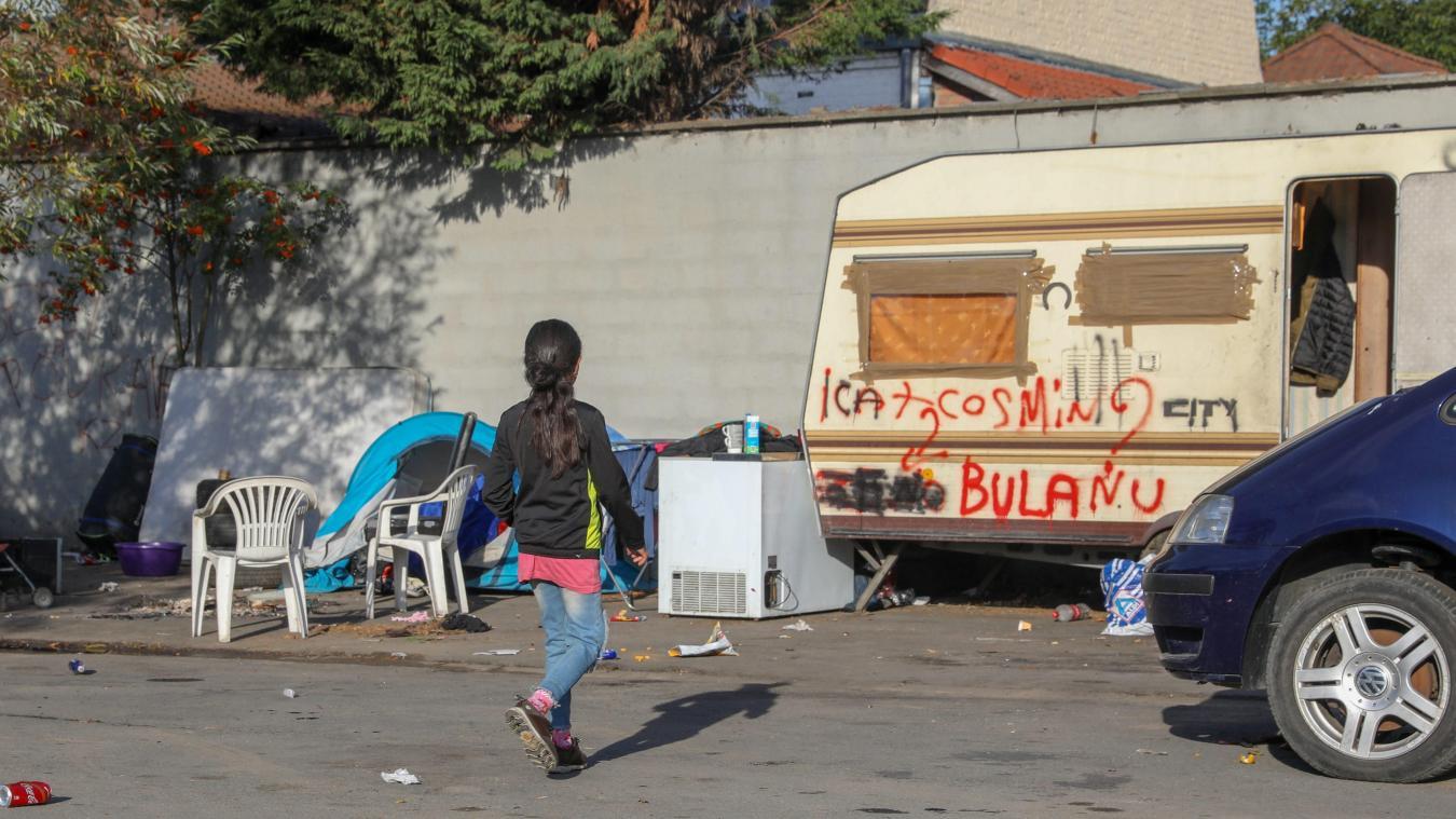 Sur le camp du Sartel, la famille qui s'est installée à proximité des habitations de la rue du Plaisir doit se déplacer plus loin sur le terrain occupé. Photo Thierry THOREL