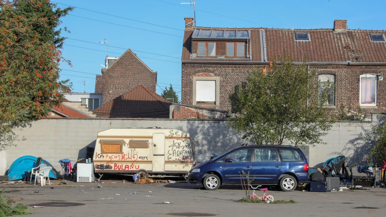 Depuis plus d'un an, une quarantaine de roms vivent sur le terrain privé qui se trouve à l'arrière de la rue du Plaisir au Sartel. Photo Thierry THOREL