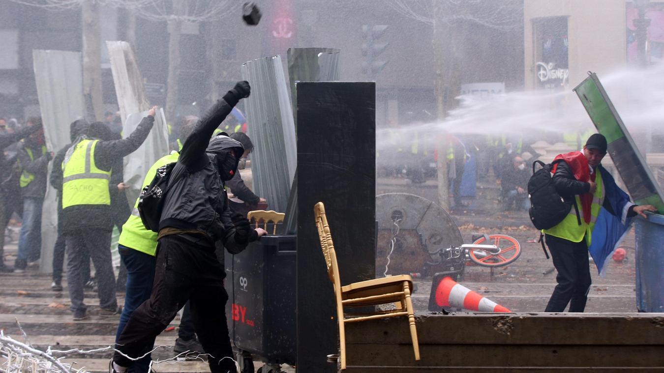 incendies et barricades, au coeur de la manifestation sur les champs