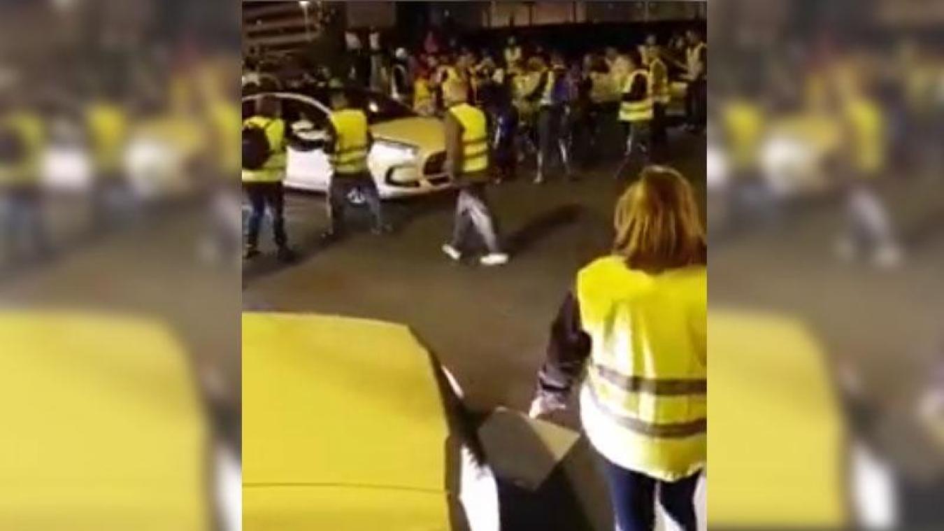 La vidéo choc d'une voiture fonçant sur des gilets jaunes, en France